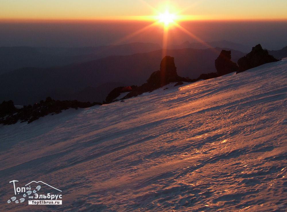Рассвет с 4500 м на Эльбрусе
